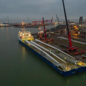 Crane lift Avonmouth docks